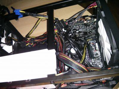 Endergebnis mit fertiger Verkabelung und eingebauter Festplatte.