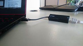 Zu dünn: Für's Ethernet wird ein USB-Adapter mitgeliefert.